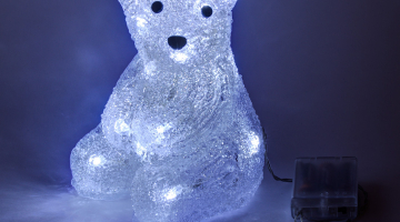 Sediaci polárny medvedík na batérie