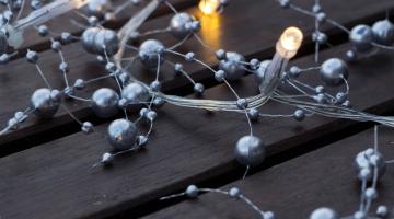LED svetelná reťaz na batérie - strieborné perly