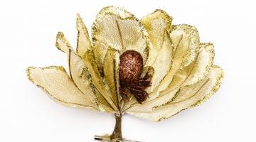Zlatistý umelý kvet so sponkou na prichytenie