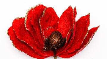 Červený umelý kvet so sponkou na prichytenie