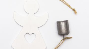 Anjel so zvončekom- závesná drevená dekorácia
