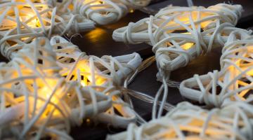 LED svetelná reťaz na batérie - biele prútené hviezdy